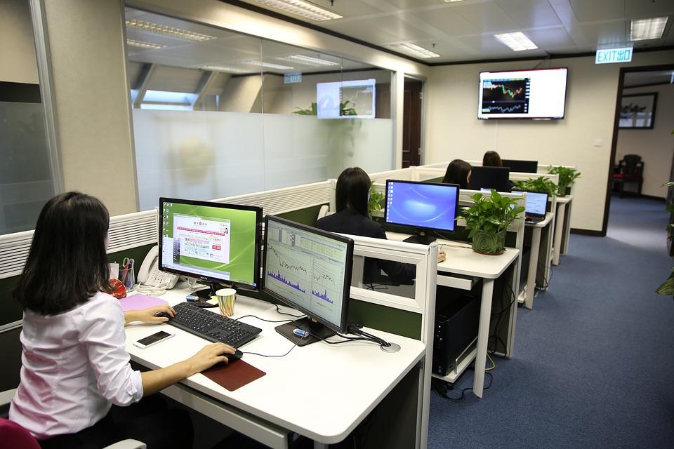 Számítógépes munkahelyek ergonómiai követelményei,  ezen belül a call center speciális igényei